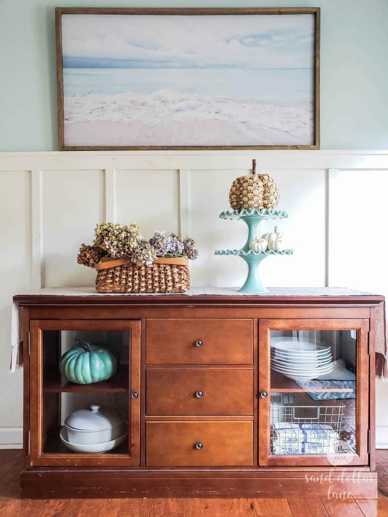 Simple Coastal Style Fall Dining Room - Sand Dollar Lane #coastalfall #coastalstyle #coastalfarmhouse