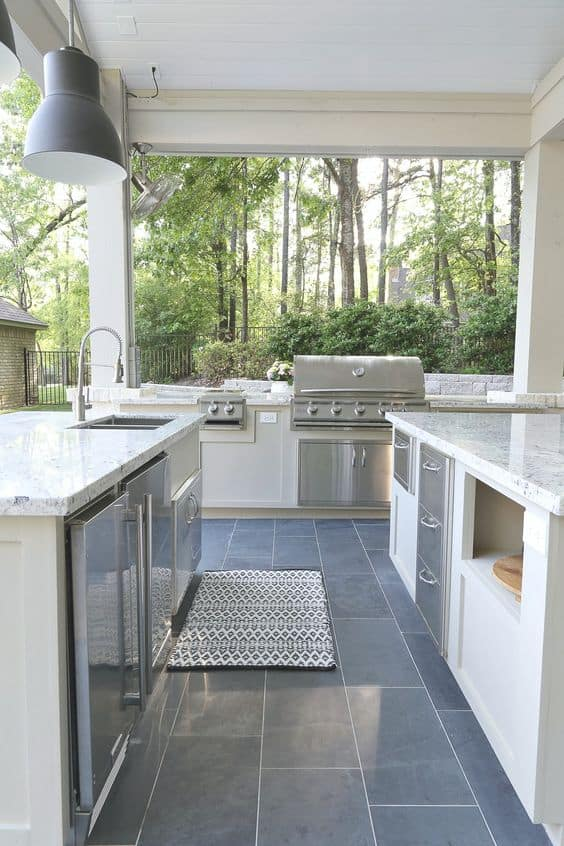 We're in the planning stage (my favorite part!) of our back porch remodel and want to share with you some of the inspirational back porch ideas we have found. This outdoor kitchen is part of an unbelievably gorgeous pool house! #poolhouse #outdoorkitchen