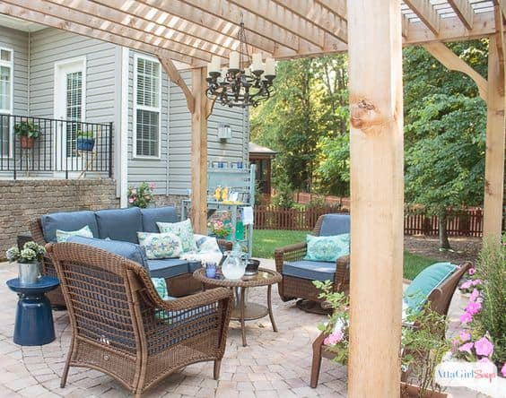 back yard ideas - beautiful dining area under free standing pergola #pergola #outdoordining #backdeck